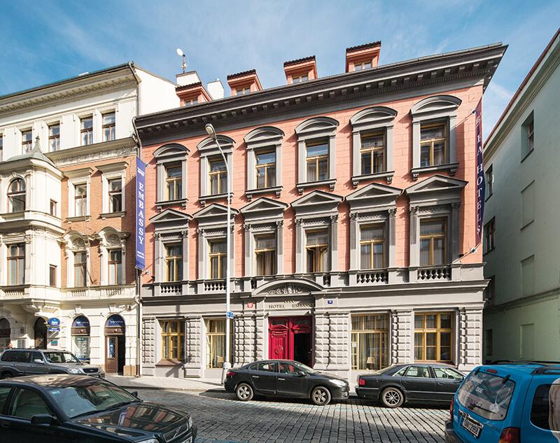 Novorenesanční budova z roku 1880 byla upravena ve stylu art deco, kterému je přizpůsoben současný interiér hotelu