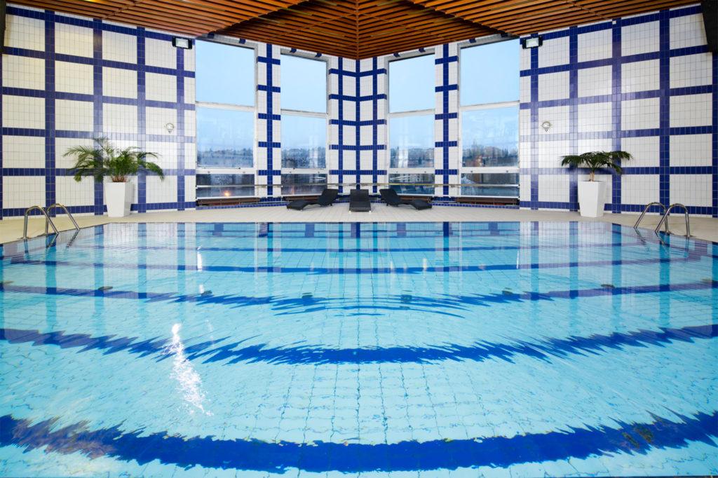 Jestliže z některých pokojů se nabízejí nádherné výhledy směrem k Hradčanům, vnitřní bazén díky prosklené stěně nabízí výhledy na Střešovice